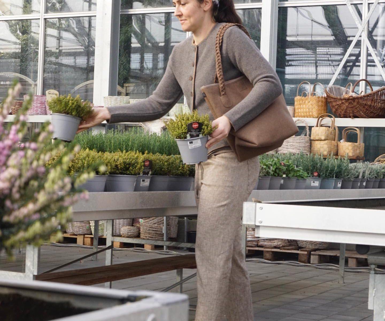 Hose mit weicher Strickjacke kombiniert